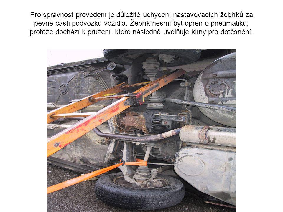 1a Pro správnost provedení je důležité uchycení nastavovacích žebříků za pevné části podvozku vozidla.