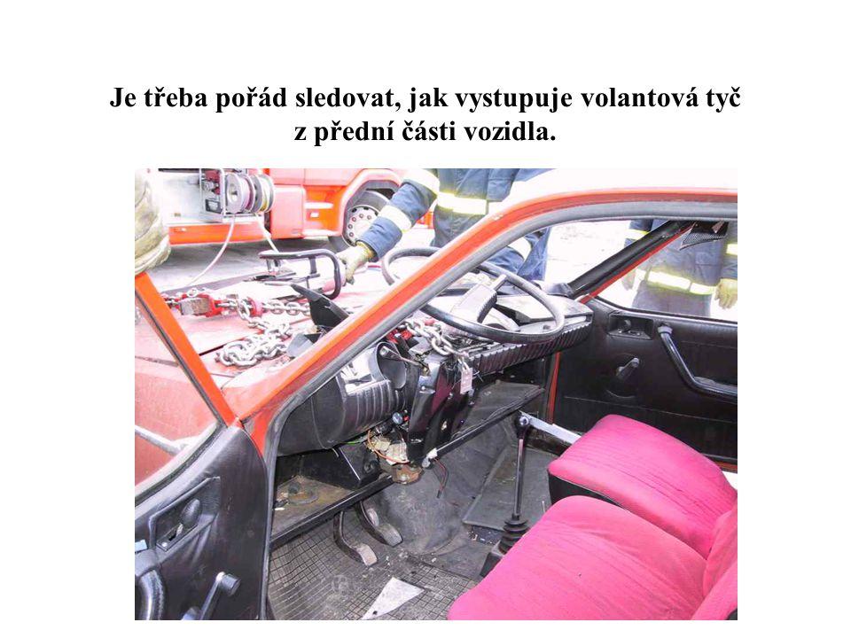 5 Je třeba pořád sledovat, jak vystupuje volantová tyč z přední části vozidla.