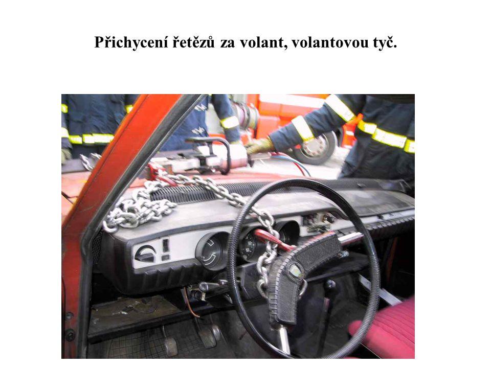 Přichycení řetězů za volant, volantovou tyč.