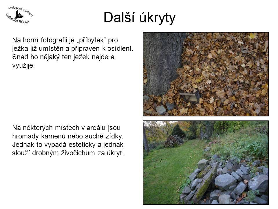 """Další úkryty Na horní fotografii je """"příbytek pro ježka již umístěn a připraven k osídlení. Snad ho nějaký ten ježek najde a využije."""