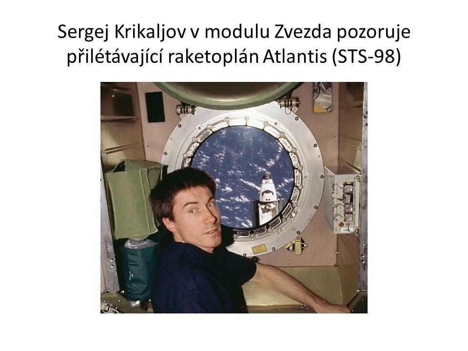 Sergej Krikaljov v modulu Zvezda pozoruje přilétávající raketoplán Atlantis (STS-98)
