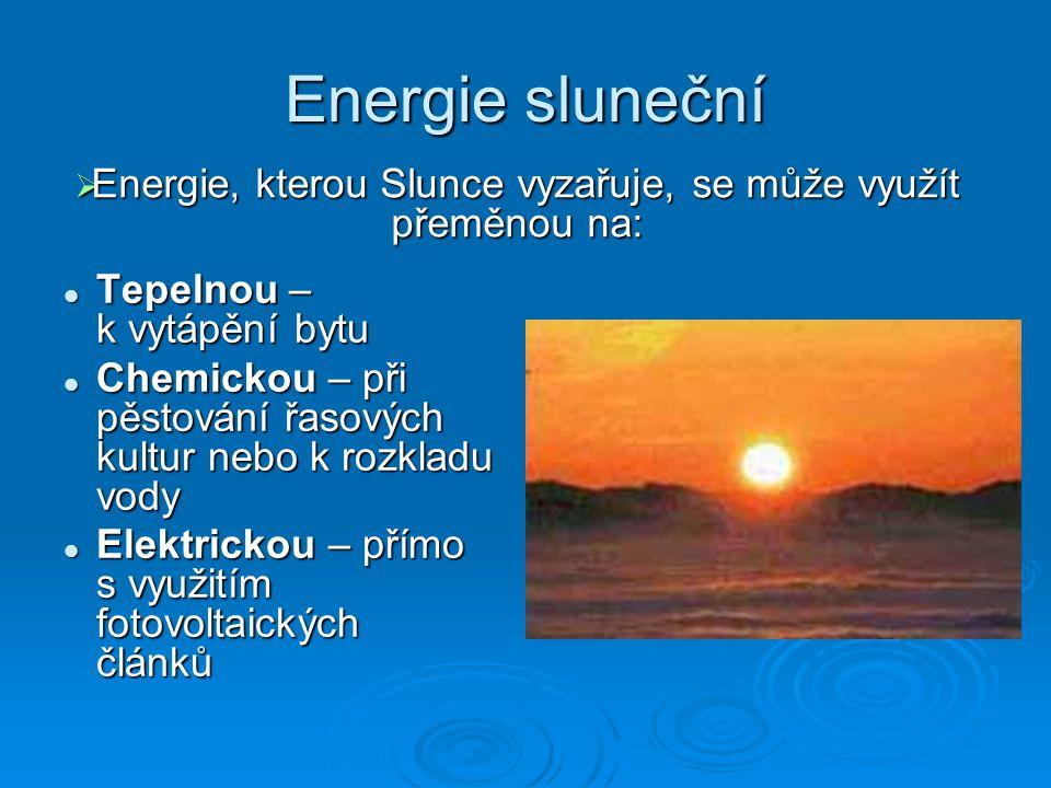 Energie, kterou Slunce vyzařuje, se může využít přeměnou na: