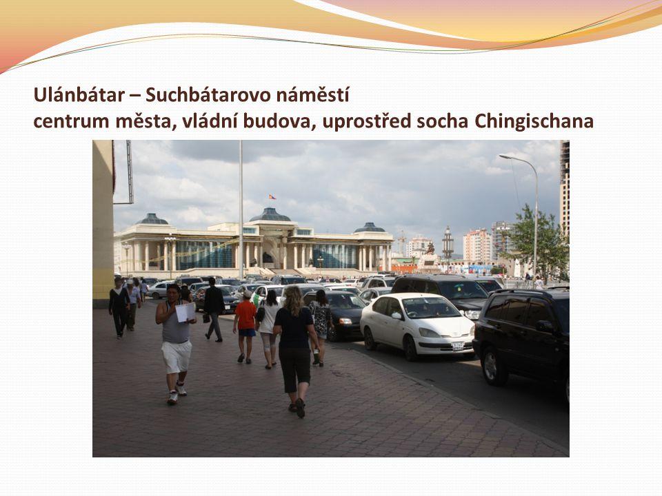 Ulánbátar – Suchbátarovo náměstí centrum města, vládní budova, uprostřed socha Chingischana