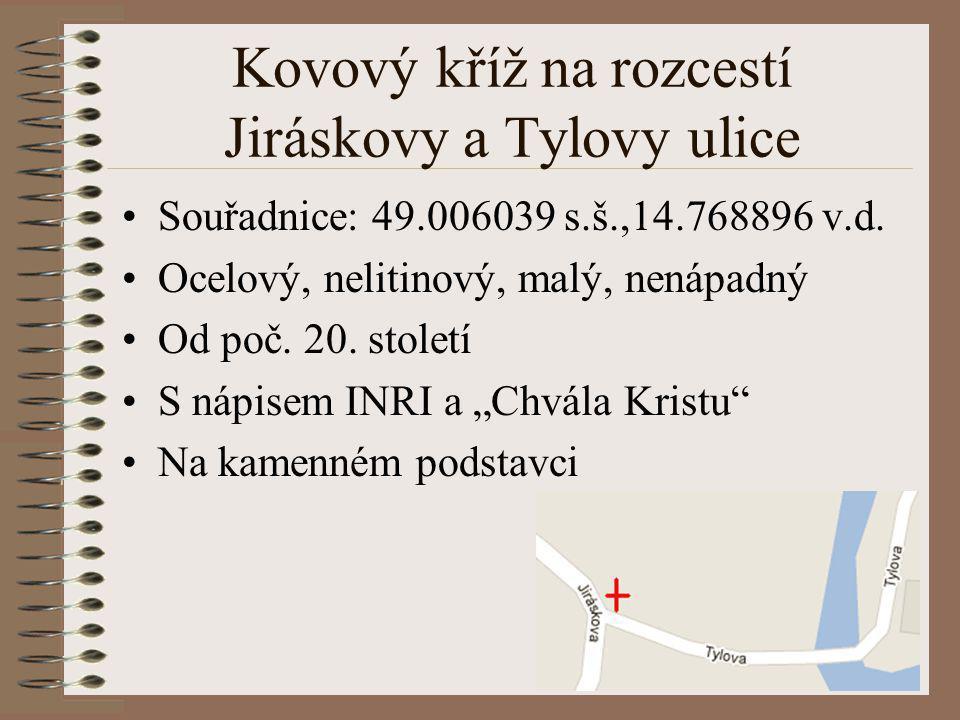 Kovový kříž na rozcestí Jiráskovy a Tylovy ulice
