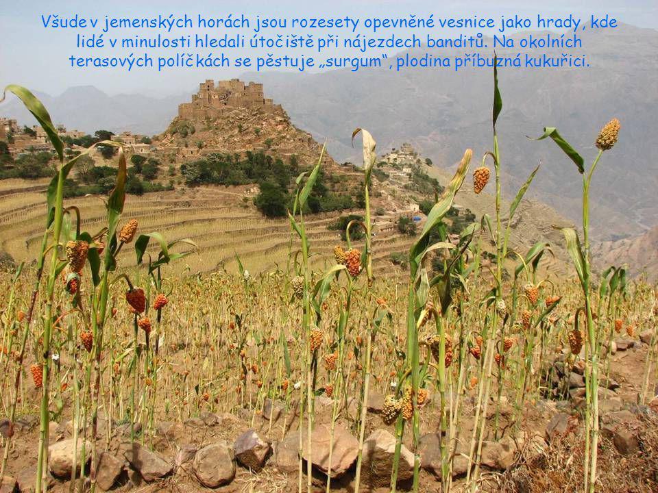 Všude v jemenských horách jsou rozesety opevněné vesnice jako hrady, kde lidé v minulosti hledali útočiště při nájezdech banditů.