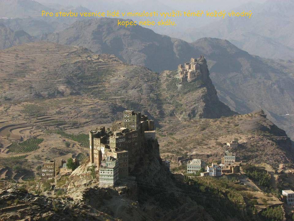 Pro stavbu vesnice lidé v minulosti využili téměř každý vhodný kopec nebo skálu.