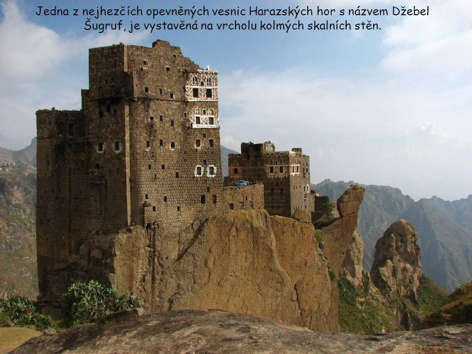 Jedna z nejhezčích opevněných vesnic Harazských hor s názvem Džebel Šugruf, je vystavěná na vrcholu kolmých skalních stěn.