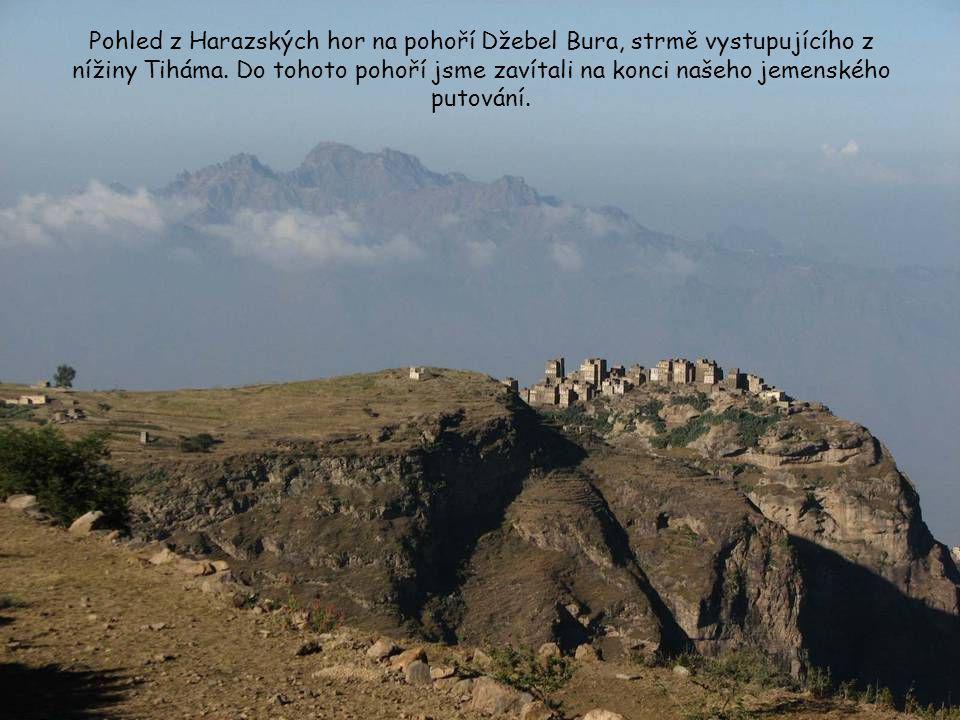 Pohled z Harazských hor na pohoří Džebel Bura, strmě vystupujícího z nížiny Tiháma.