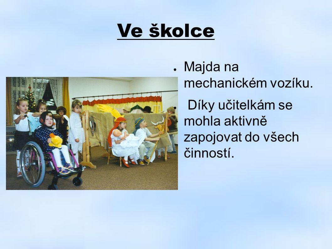 Ve školce Majda na mechanickém vozíku.