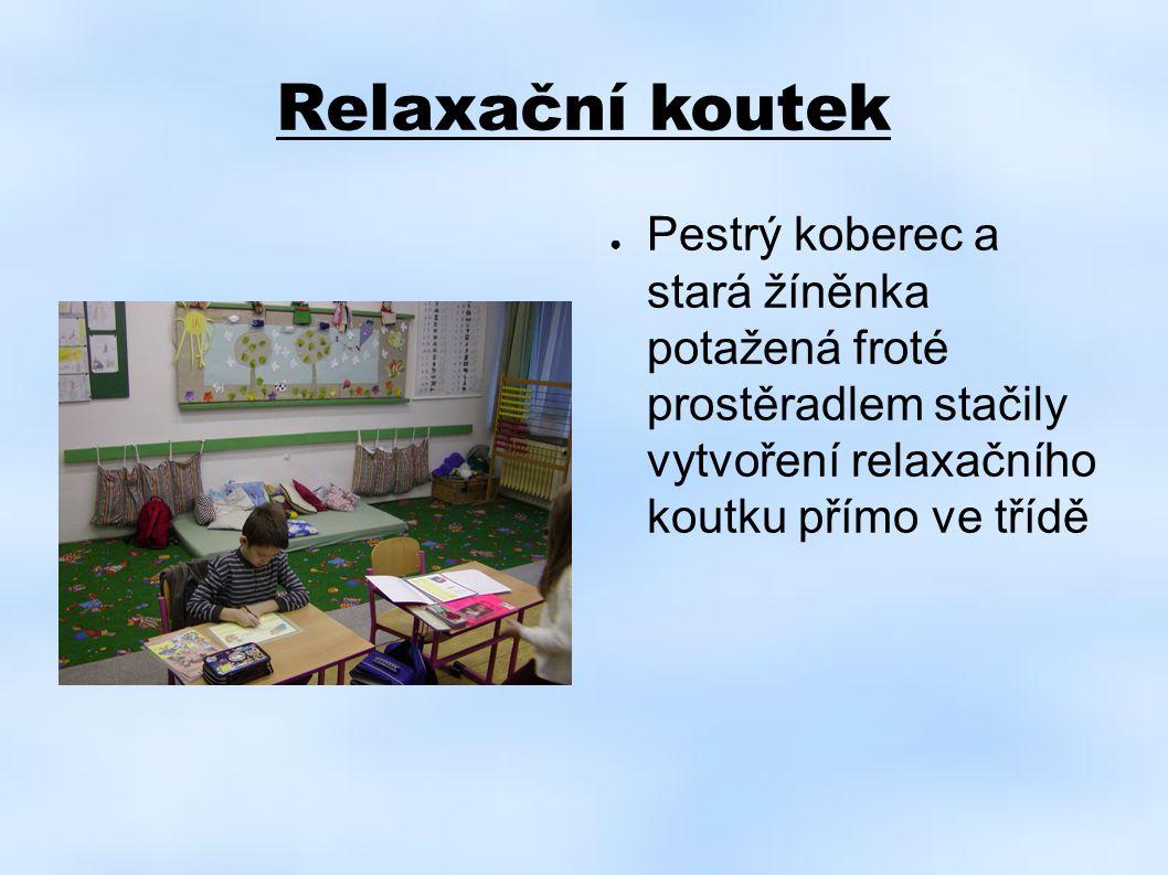Relaxační koutek Pestrý koberec a stará žíněnka potažená froté prostěradlem stačily vytvoření relaxačního koutku přímo ve třídě.