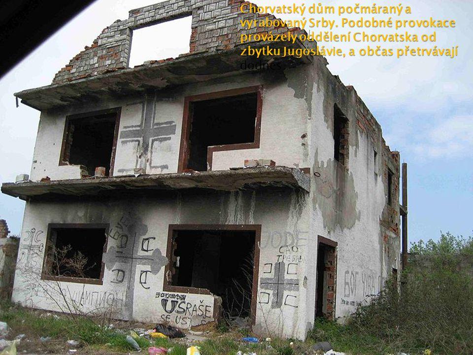Chorvatský dům počmáraný a vyrabovaný Srby