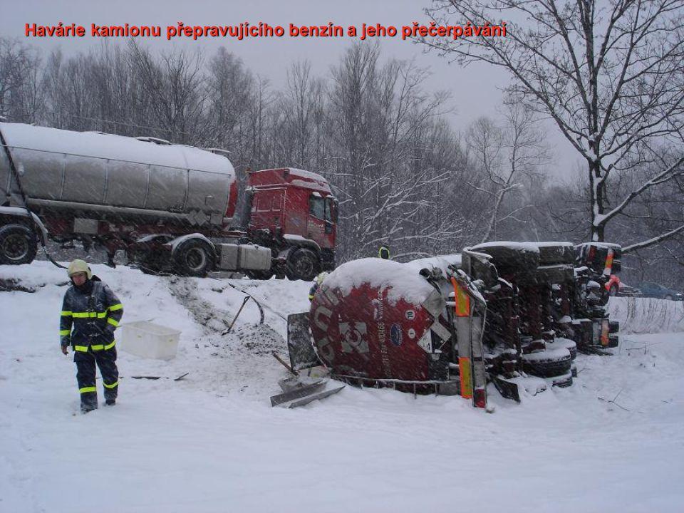 Havárie kamionu přepravujícího benzín a jeho přečerpávání