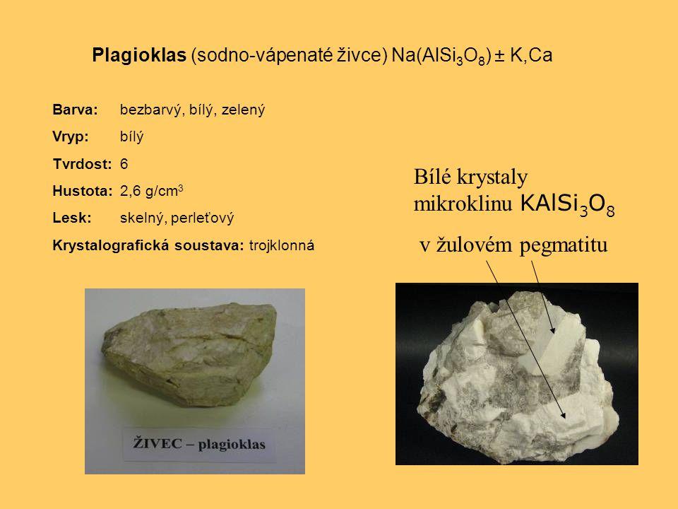 Bílé krystaly mikroklinu KAlSi3O8 v žulovém pegmatitu