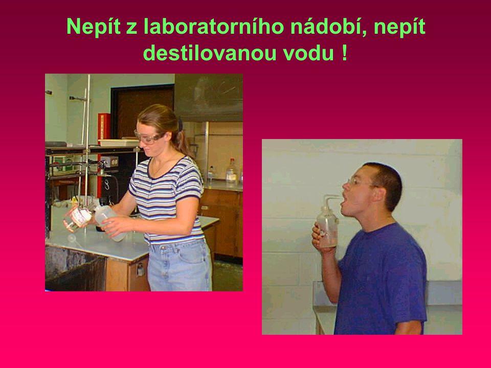 Nepít z laboratorního nádobí, nepít destilovanou vodu !