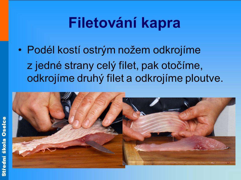Filetování kapra Podél kostí ostrým nožem odkrojíme
