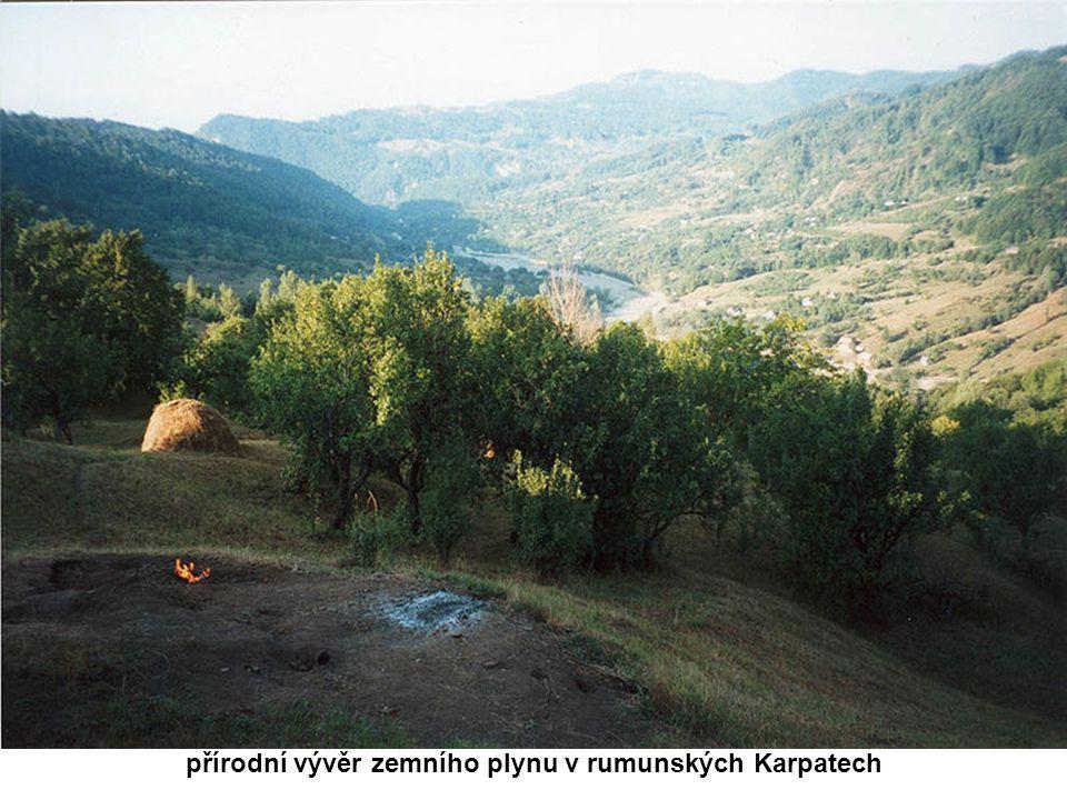 přírodní vývěr zemního plynu v rumunských Karpatech