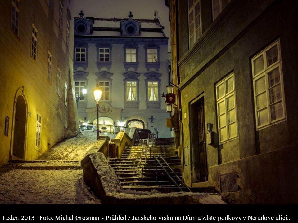 Leden 2013 Foto: Michal Grosman - Průhled z Jánského vršku na Dům u Zlaté podkovy v Nerudově ulici...