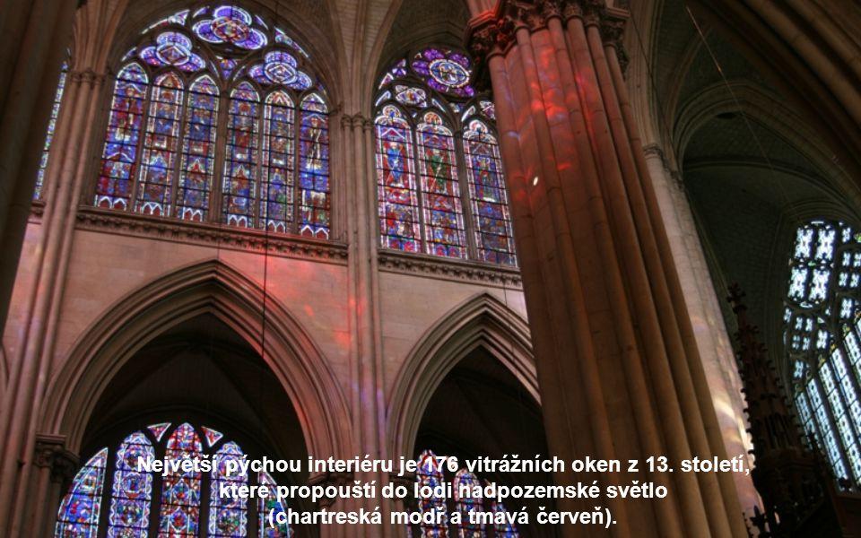 Největší pýchou interiéru je 176 vitrážních oken z 13. století,