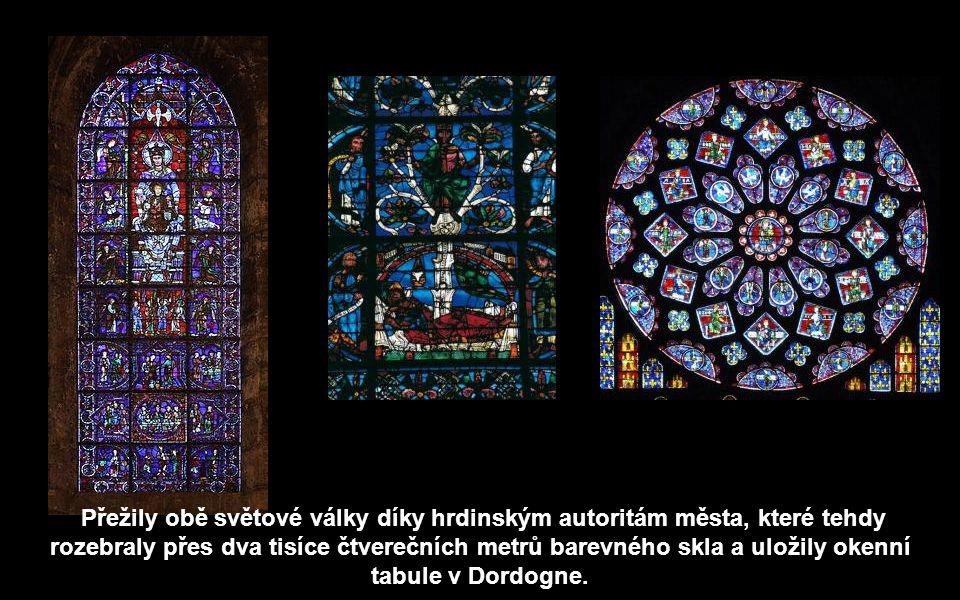 Přežily obě světové války díky hrdinským autoritám města, které tehdy rozebraly přes dva tisíce čtverečních metrů barevného skla a uložily okenní tabule v Dordogne.