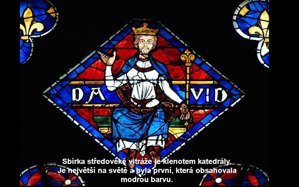 Sbírka středověké vitráže je klenotem katedrály.