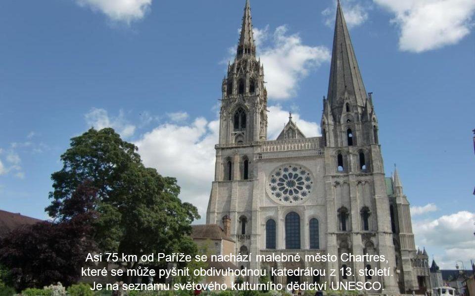 Asi 75 km od Paříže se nachází malebné město Chartres,