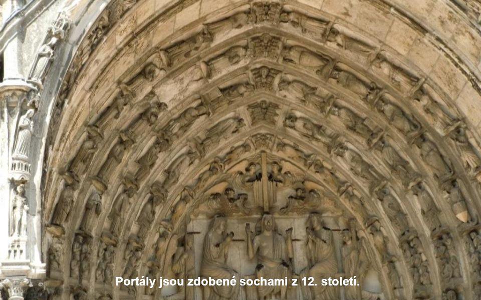 Portály jsou zdobené sochami z 12. století.