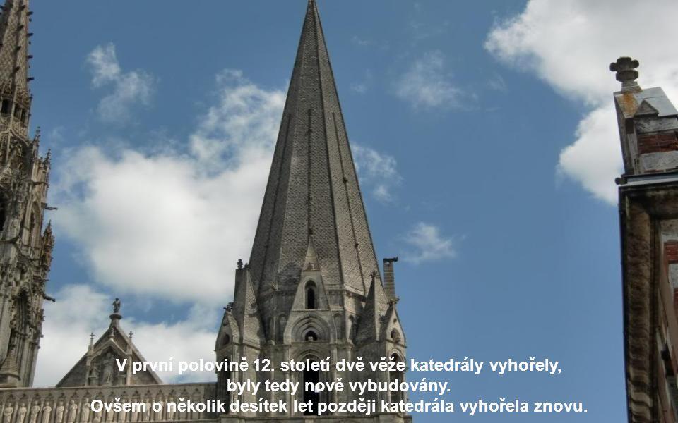 V první polovině 12. století dvě věže katedrály vyhořely,