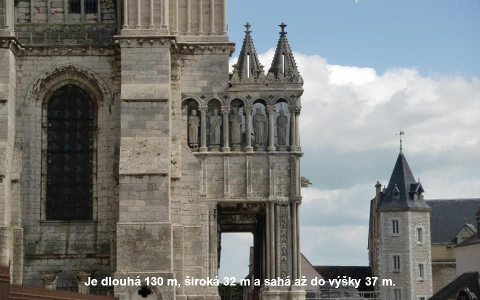 Je dlouhá 130 m, široká 32 m a sahá až do výšky 37 m.