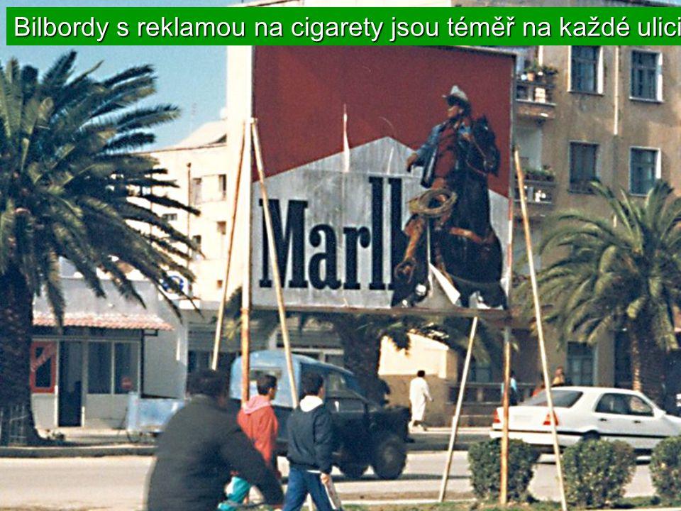 Bilbordy s reklamou na cigarety jsou téměř na každé ulici.