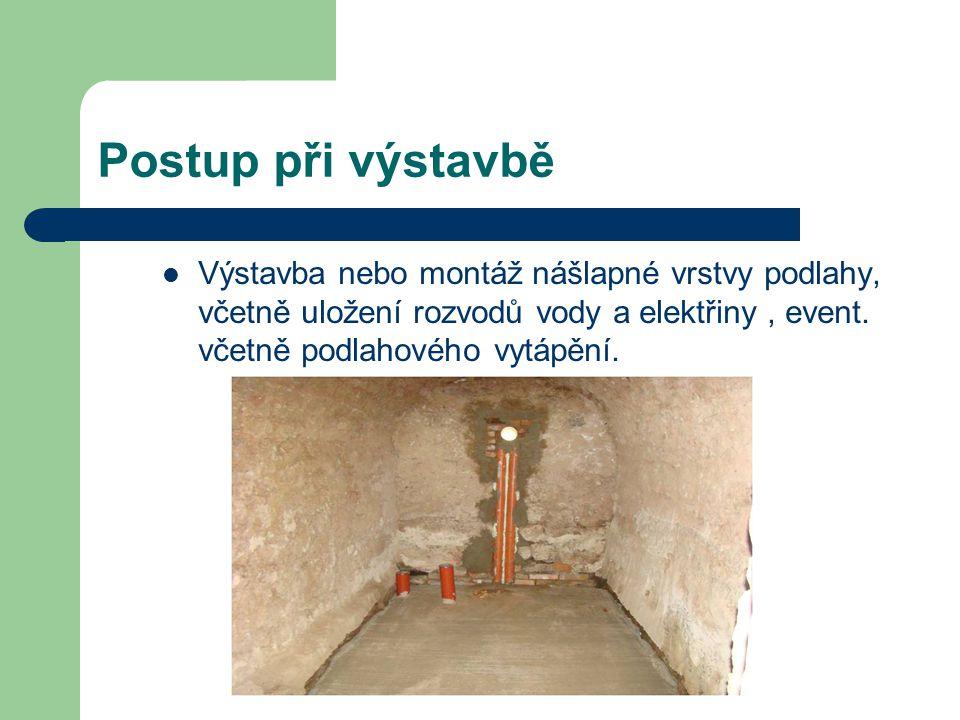Postup při výstavbě Výstavba nebo montáž nášlapné vrstvy podlahy, včetně uložení rozvodů vody a elektřiny , event.