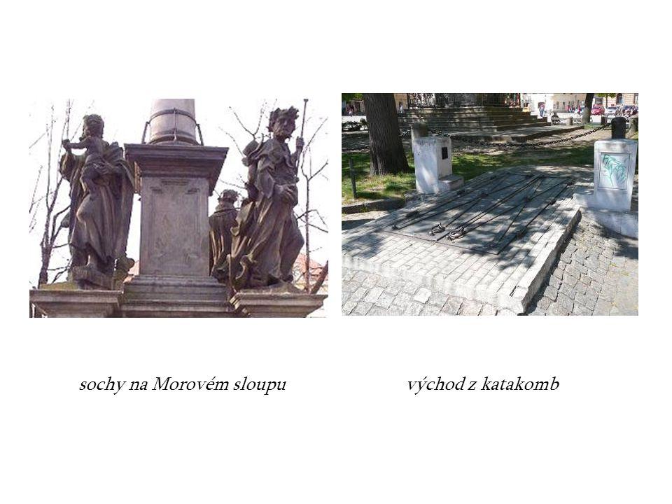 sochy na Morovém sloupu východ z katakomb