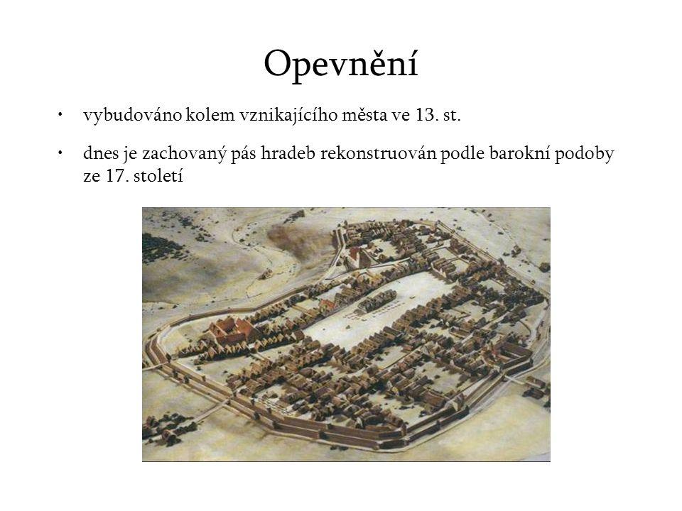 Opevnění vybudováno kolem vznikajícího města ve 13. st.