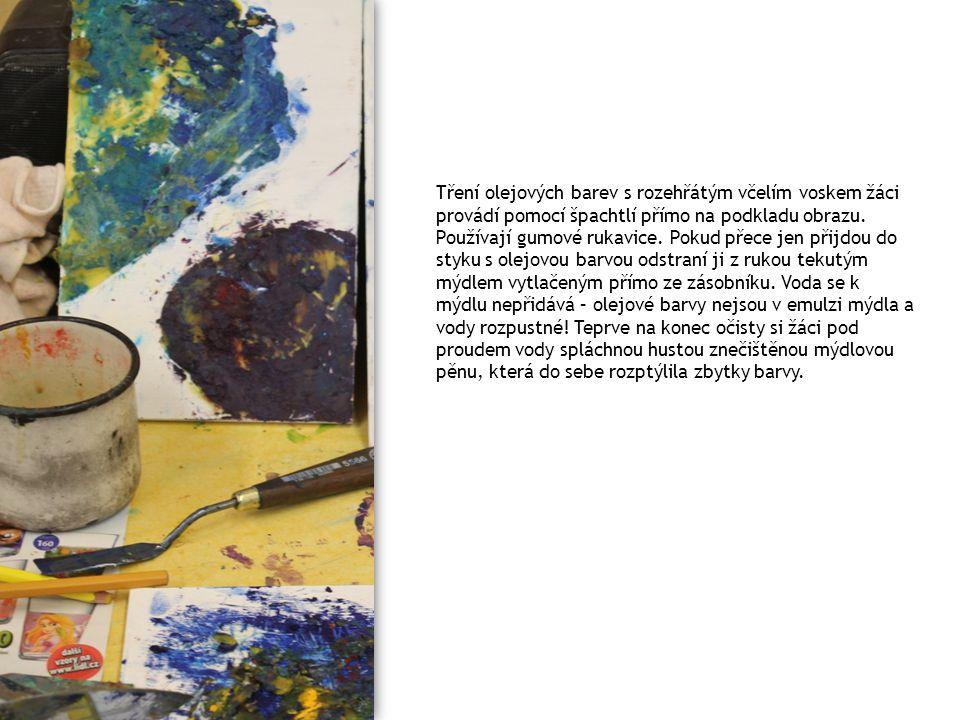 Tření olejových barev s rozehřátým včelím voskem žáci provádí pomocí špachtlí přímo na podkladu obrazu.