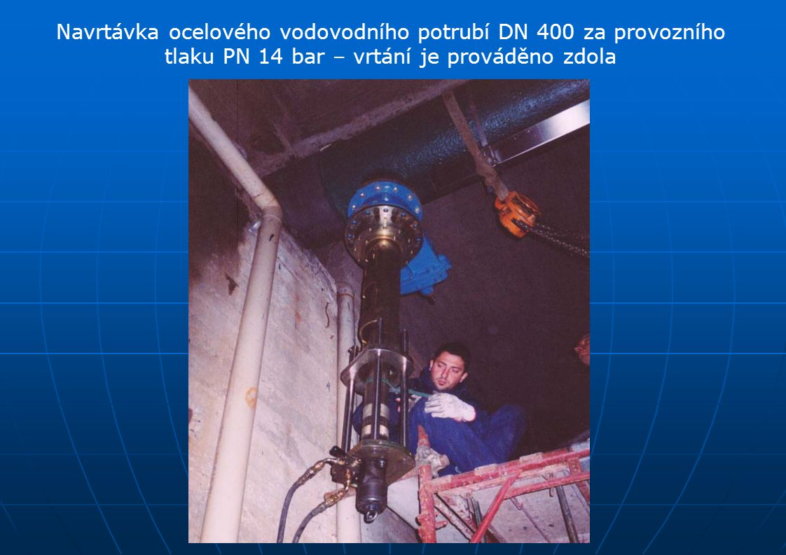 Navrtávka ocelového vodovodního potrubí DN 400 za provozního tlaku PN 14 bar – vrtání je prováděno zdola