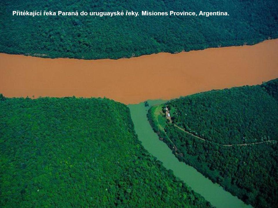 Přitékající řeka Paraná do uruguayské řeky