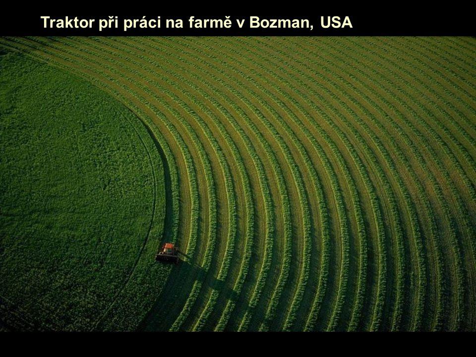 Traktor při práci na farmě v Bozman, USA