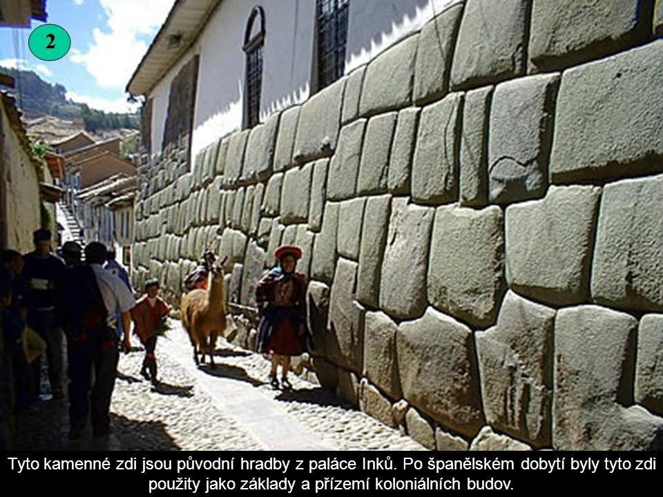 Tyto kamenné zdi jsou původní hradby z paláce Inků
