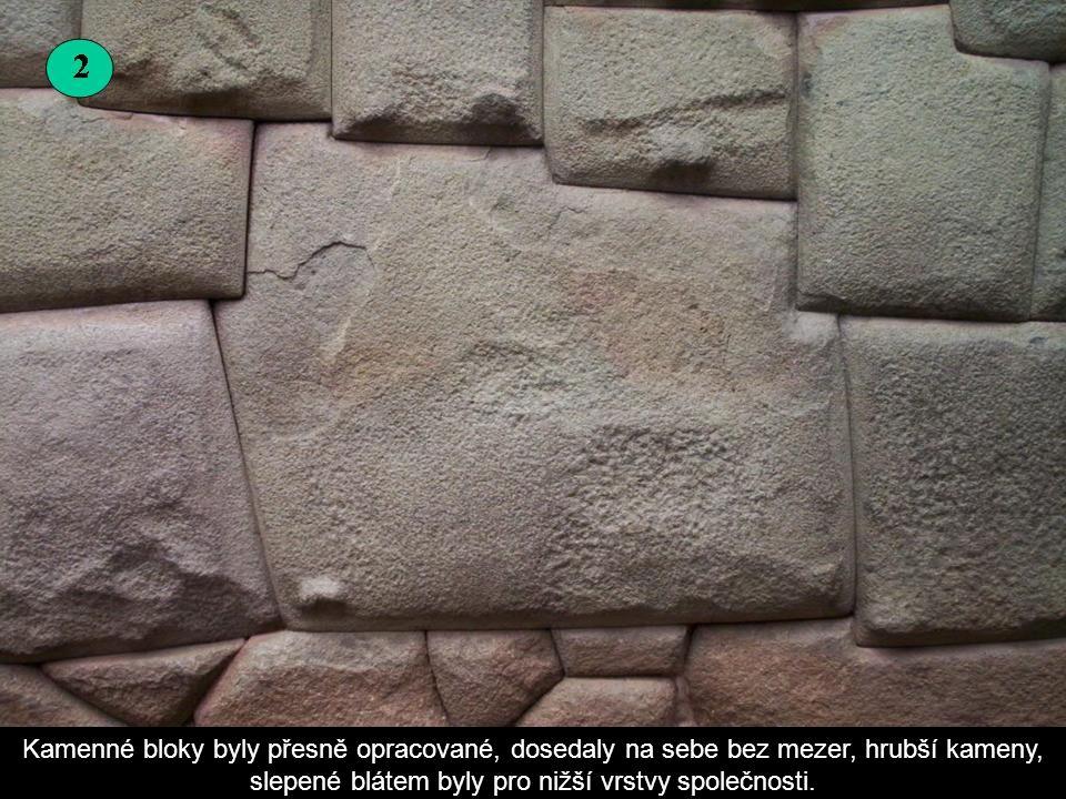 Kamenné bloky byly přesně opracované, dosedaly na sebe bez mezer, hrubší kameny, slepené blátem byly pro nižší vrstvy společnosti.
