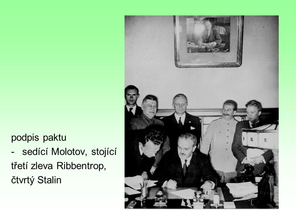 podpis paktu sedící Molotov, stojící třetí zleva Ribbentrop, čtvrtý Stalin