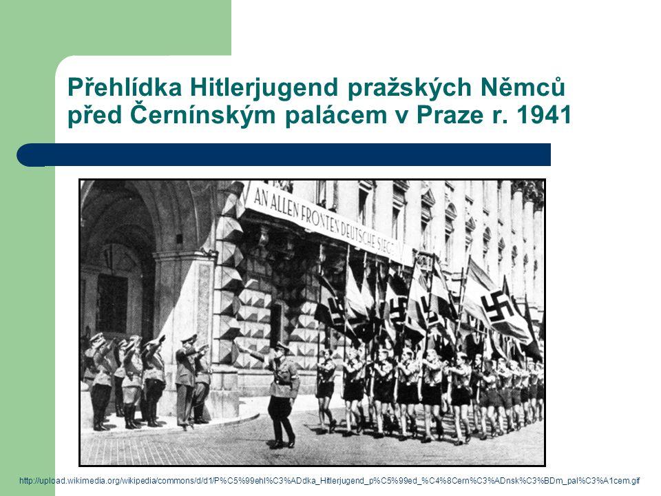 Přehlídka Hitlerjugend pražských Němců před Černínským palácem v Praze r. 1941
