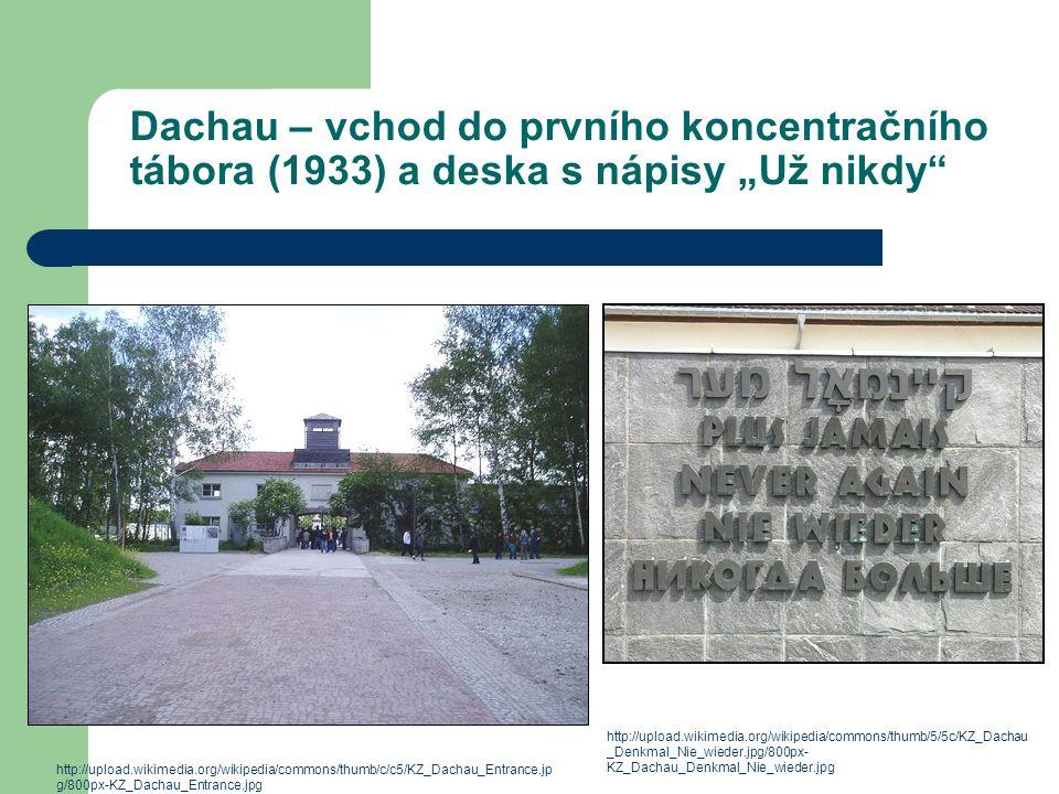 """Dachau – vchod do prvního koncentračního tábora (1933) a deska s nápisy """"Už nikdy"""