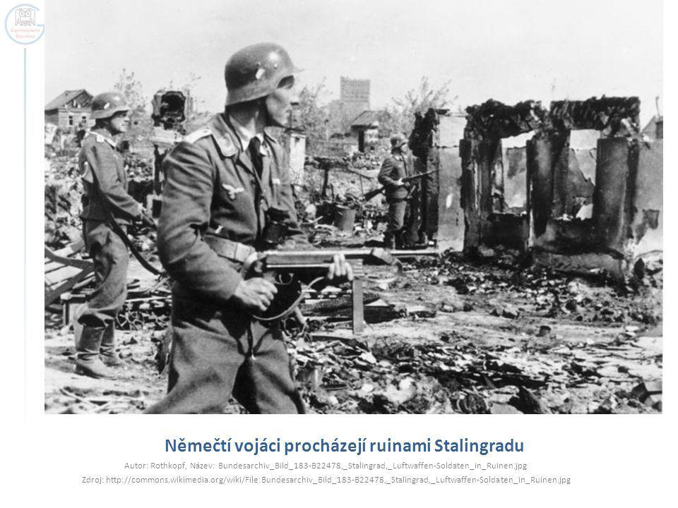 Němečtí vojáci procházejí ruinami Stalingradu