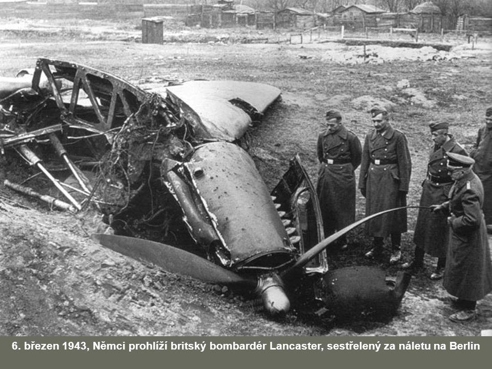6. březen 1943, Němci prohlíží britský bombardér Lancaster, sestřelený za náletu na Berlin