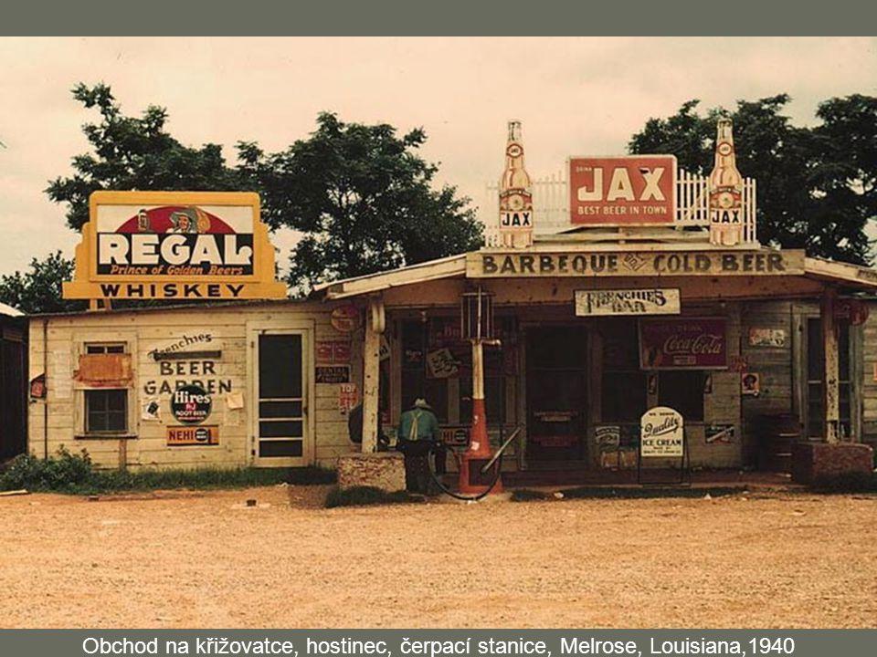 Obchod na křižovatce, hostinec, čerpací stanice, Melrose, Louisiana,1940