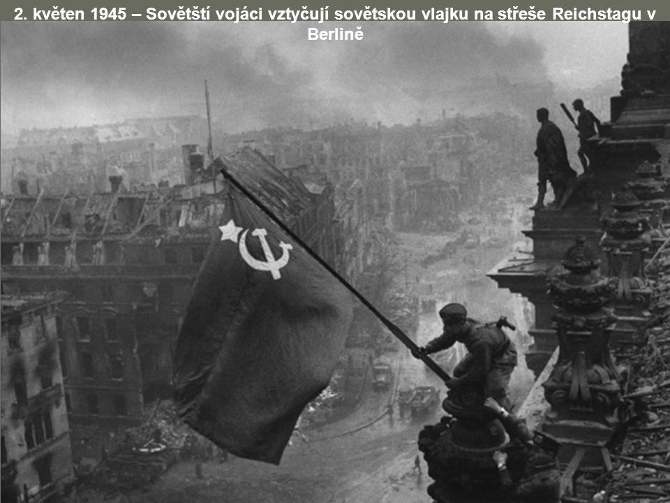 2. květen 1945 – Sovětští vojáci vztyčují sovětskou vlajku na střeše Reichstagu v Berlině