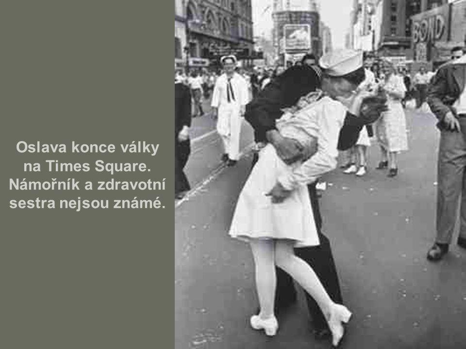 Oslava konce války na Times Square