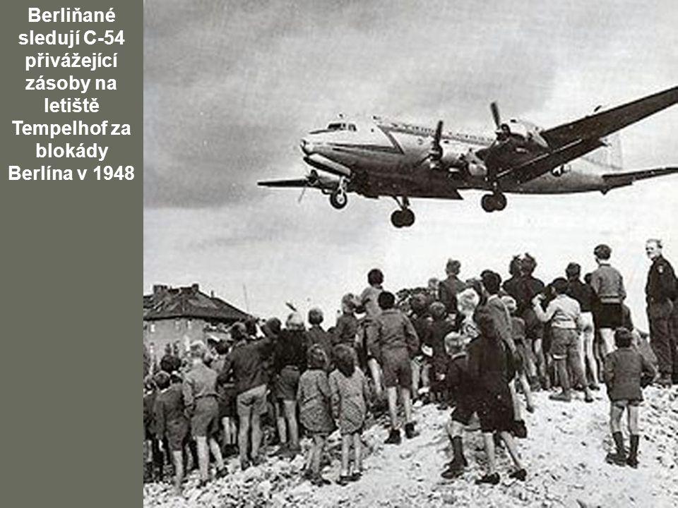 Berliňané sledují C-54 přivážející zásoby na letiště Tempelhof za blokády Berlína v 1948