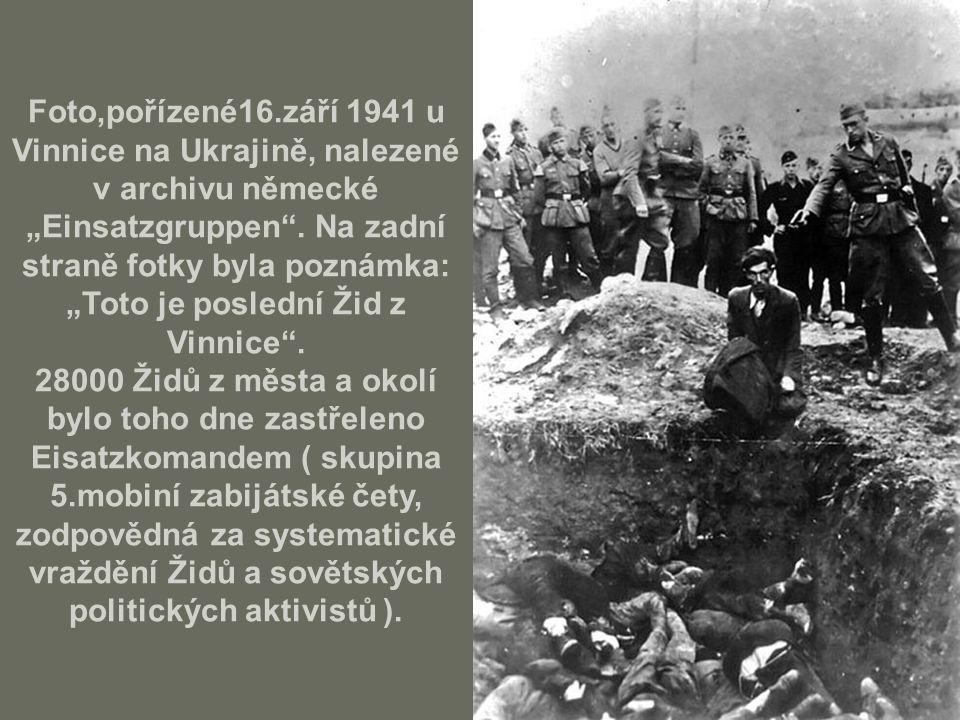 """Foto,pořízené16.září 1941 u Vinnice na Ukrajině, nalezené v archivu německé """"Einsatzgruppen . Na zadní straně fotky byla poznámka: """"Toto je poslední Žid z Vinnice . 28000 Židů z města a okolí bylo toho dne zastřeleno Eisatzkomandem ( skupina 5.mobiní zabijátské čety, zodpovědná za systematické vraždění Židů a sovětských politických aktivistů )."""