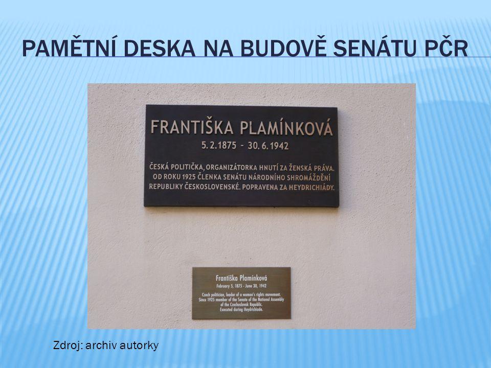 Pamětní deska na budově senátu PČR
