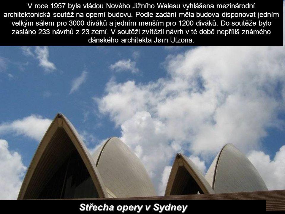 V roce 1957 byla vládou Nového Jižního Walesu vyhlášena mezinárodní architektonická soutěž na operní budovu. Podle zadání měla budova disponovat jedním velkým sálem pro 3000 diváků a jedním menším pro 1200 diváků. Do soutěže bylo zasláno 233 návrhů z 23 zemí. V soutěži zvítězil návrh v té době nepříliš známého dánského architekta Jørn Utzona.